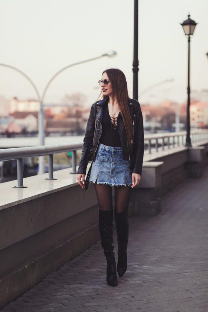 jupe en jean et collant noir