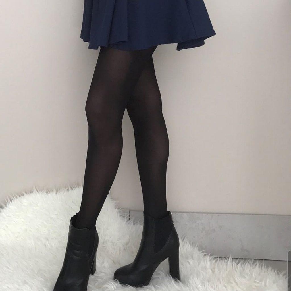 collant noir et jupe bleu